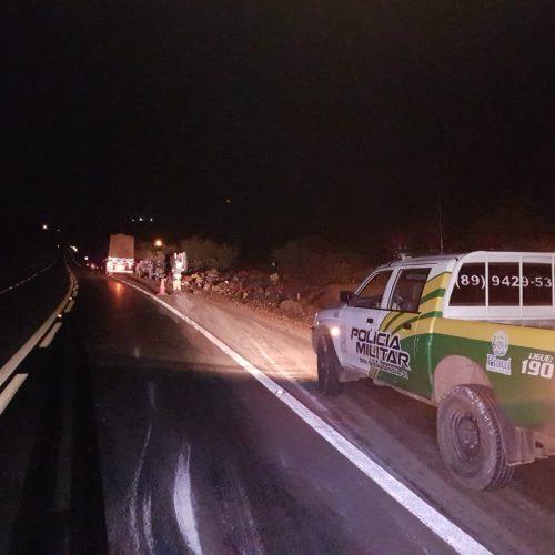 Caminhão carregado com verduras tomba na BR 407; veja fotos