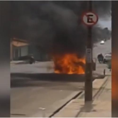 Carro pega fogo próximo a hospital no Piauí