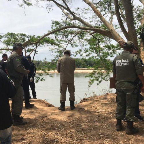 Polícia tenta identificar mulher encontrada morta às margens de rio; 'tatuagem pode ajudar'