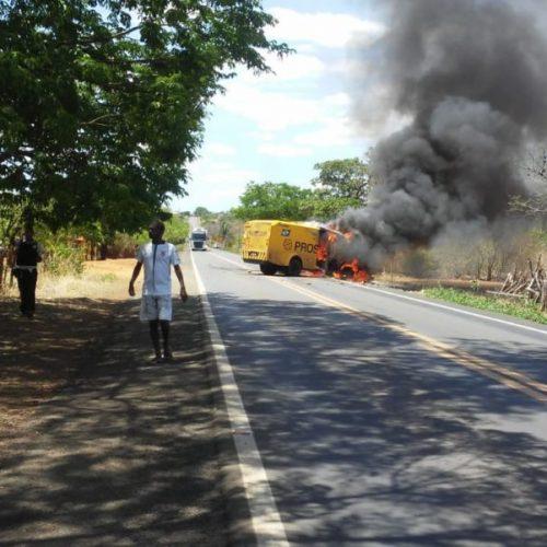 Criminosos explodem carro forte próximo a Oeiras; veja imagens