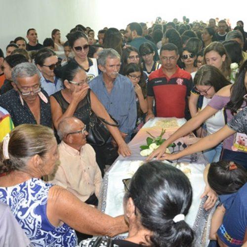 Familiares e amigos se despedem da professora Gabriela Cavalcante