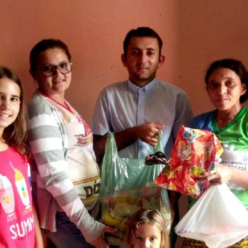 Padre de Fronteiras distribui cestas básicas às famílias carentes