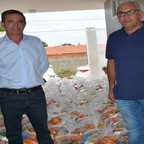 Em Geminiano, prefeito e secretário comemoram aniversário fazendo doação de 280 cestas básicas a famílias carentes