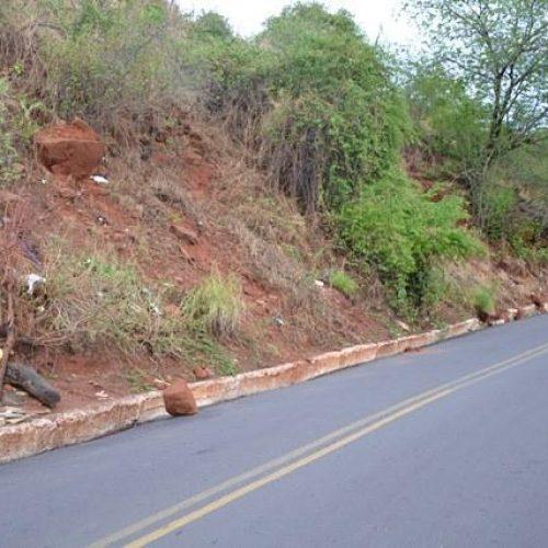 Rochas ameaçam desmoronar em morro da cidade de Picos