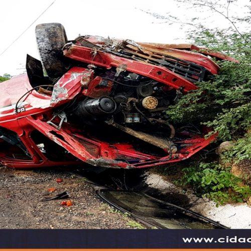Motorista perde controle e capota carro na estrada de São Julião