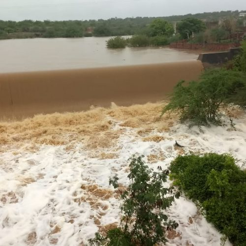 Barragem transborda em Jacobina após horas de chuva; veja fotos e vídeo
