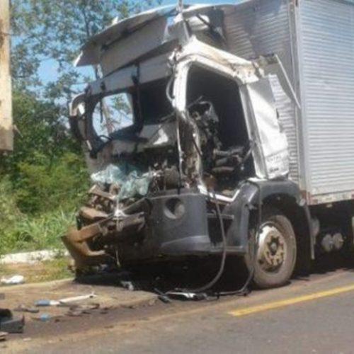 Colisão entre caminhão e carreta deixa uma pessoa morta no Piauí