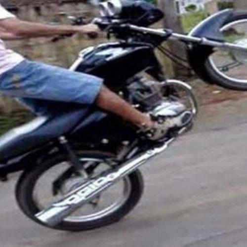 Em cidade do Piauí, jovem é arremessado ao 'empinar' moto; veja vídeo