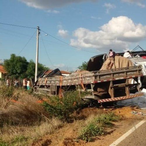 Ônibus com romeiros colide com caminhão e deixa mortos e feridos em Campos Sales