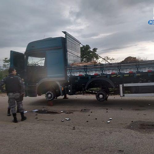 JACOBINA | Criminosos sequestram caminhoneiros e roubam pneus do veículo