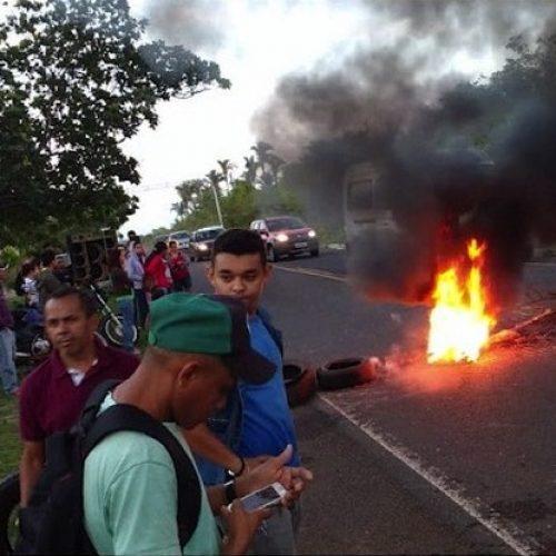 Moradores bloqueiam PI-113 e protestam contra aumento da passagem