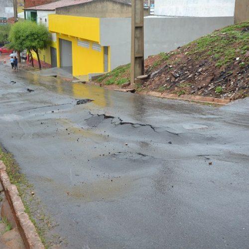 PICOS   Forte chuva racha asfalto e abre buracos em uma das ladeiras que dá acesso ao bairro Aerolândia