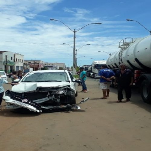 Carreta colide com carro de passeio na BR-316 em Picos