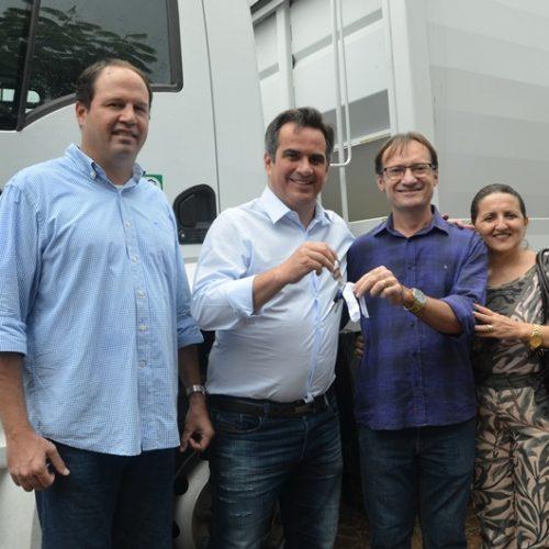 Prefeito de Massapê do Piauí recebe caminhãocompactador de lixo em Teresina