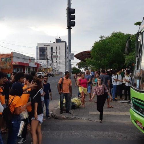 Estudantes fecham ruas de Teresina em protesto contra o aumento da passagem de ônibus