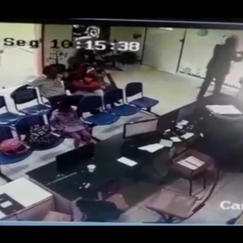 Bandido rouba arma de vigilante do hospital infantil na frente de pacientes