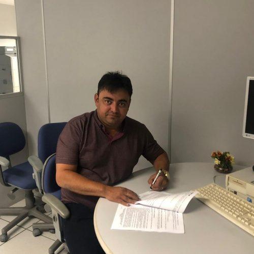 Em Teresina, prefeito de Alegrete do Piaui, Márcio Alencar, assina convênio para aquisição de trator agrícola