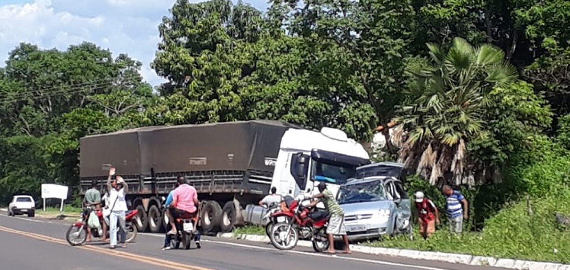 Carreta colide com carro de passeio na BR 230 em Oeiras