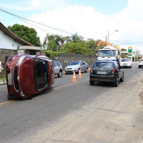 Carro capota após colisão no Piauí