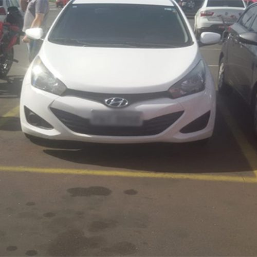 Criminosos roubam carros e abandonam em estacionamentos de supermercados
