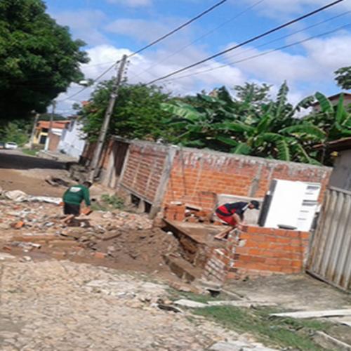 Com chuva forte, muros caem, água invade casa e moradores perdem tudo