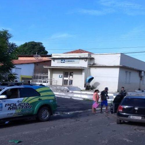 Idoso bate veículo em viatura da polícia ao tentar fazer uma conversão