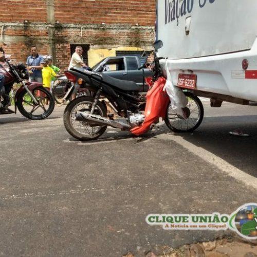 Motocicleta com adolescente e criança colide contra ônibus no Piauí