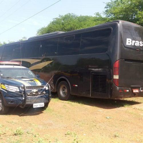 PRF apreende ônibus de turismo com placas adulteradas em Valença do Paiuí