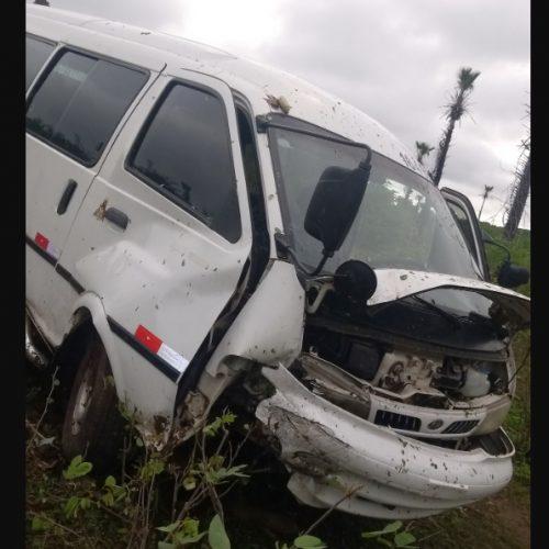 Condutor de van perde controle do carro e vai parar fora da pista na rodovia PI-214