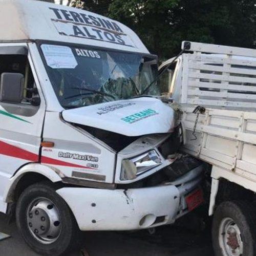 Colisão entre van e caminhonete deixa passageiros feridos na BR-343