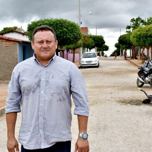 """Prefeito Edilson visita obras de pavimentação de rua em Vila Nova; """"era um sonho antigo"""", diz moradores"""