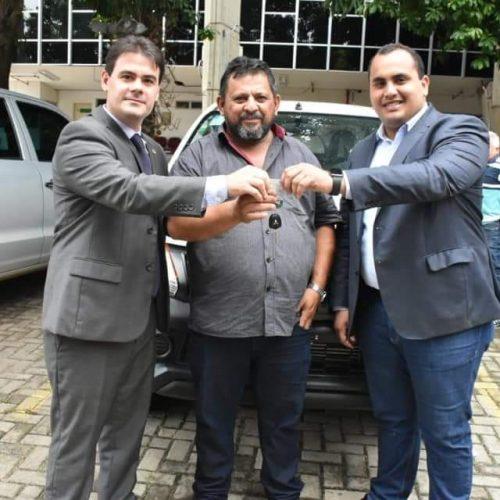Prefeito Ademar recebe veículo novo para Belém do Piauí