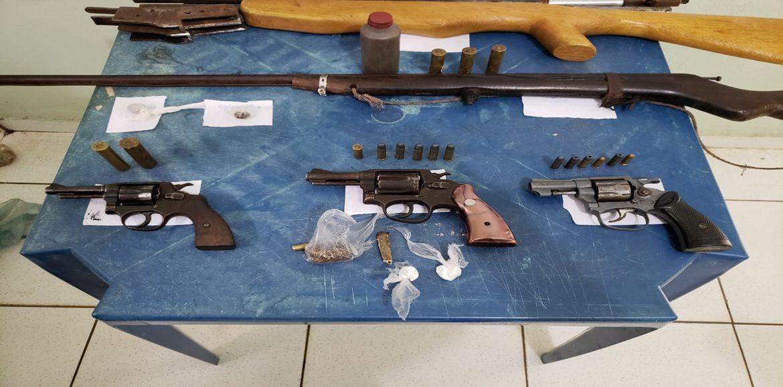 Operação prende 7 com armas e drogas em Inhuma