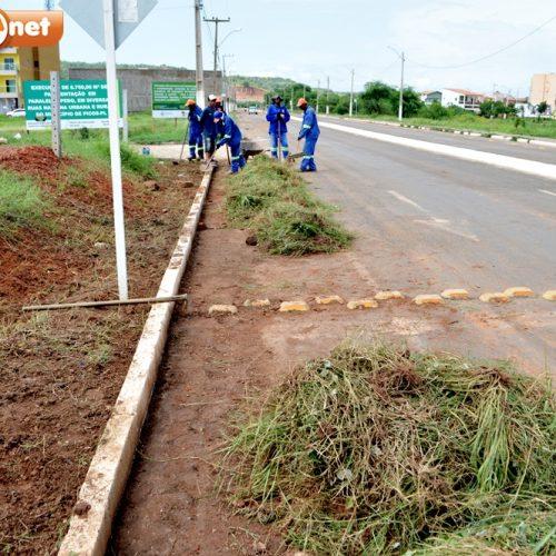 Secretaria de Serviços Públicos realiza capinação e roçagem em bairros de Picos