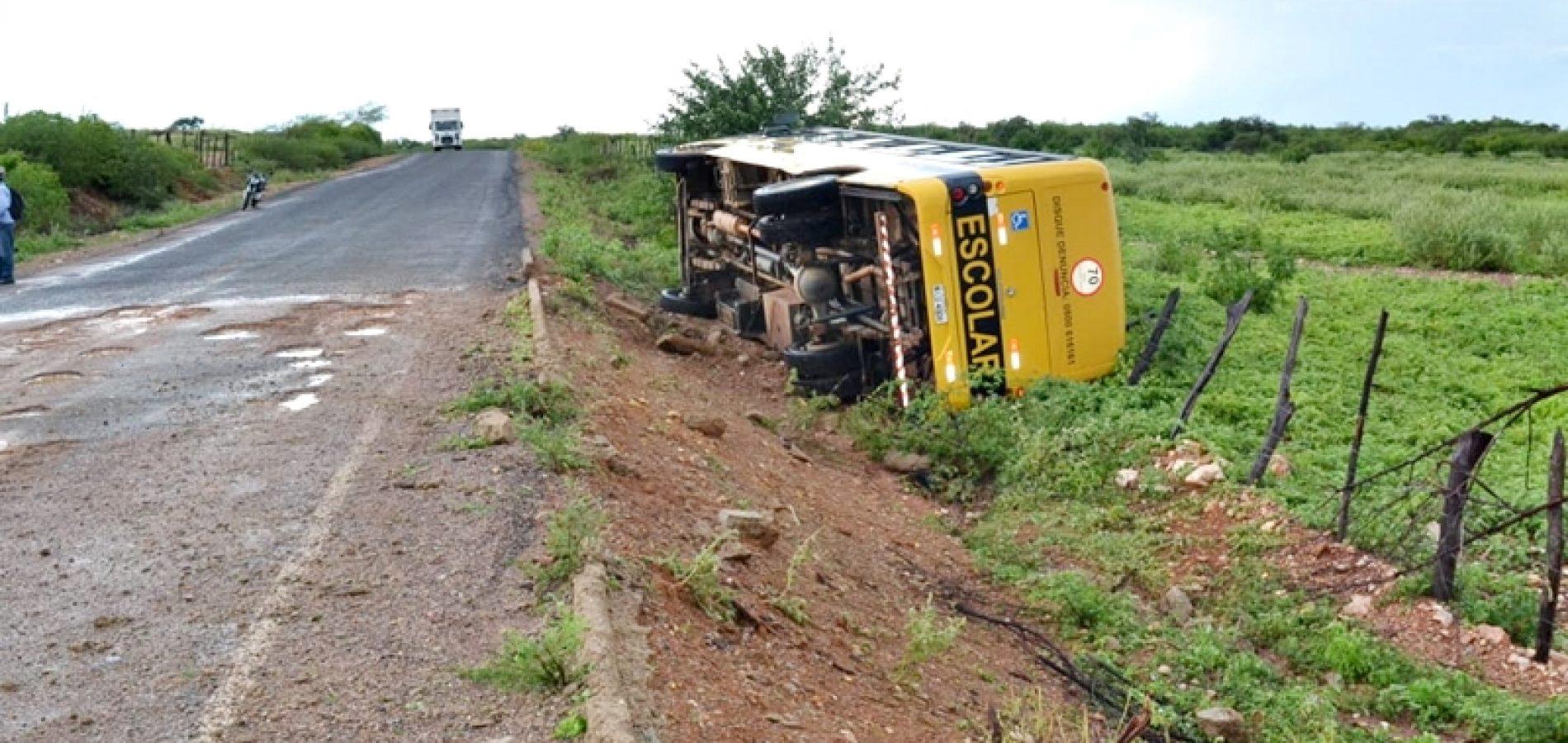 Ônibus Escolar tomba na rodovia 457 entre Curral Novo e Caridade do Piauí