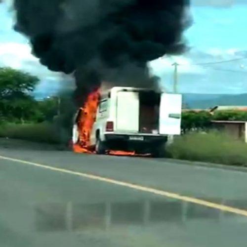 Ambulância de Campo Grande do Piauí pega fogo em Picos. Assista vídeos!