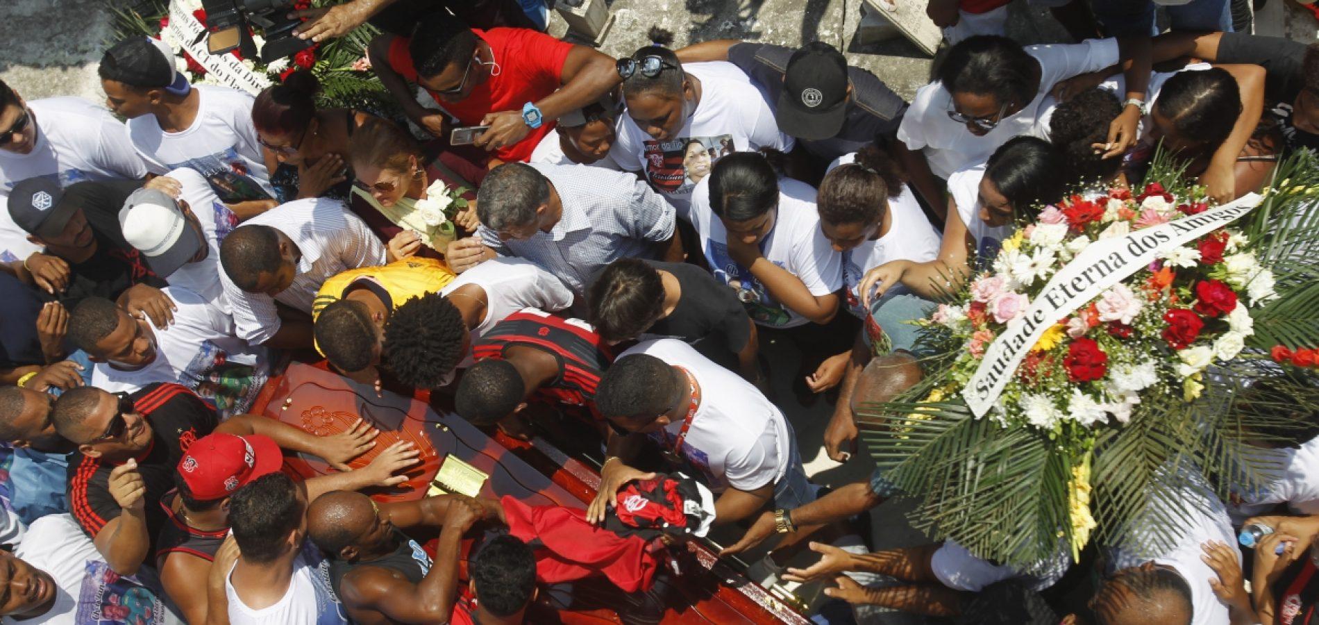 Familiares se despedem de jovem goleiro morto no Ninho do Urubu