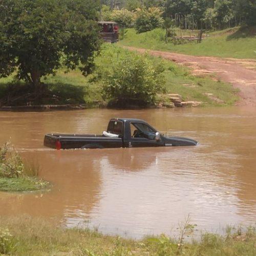 Motorista se arrisca em travessia de rio no PI e carro quase é coberto pela água