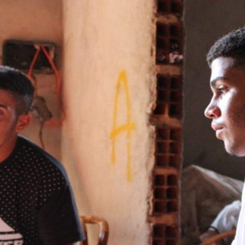Vida de luta: conheça a história dos gêmeos catadores no lixão que sonham em jogar no Flamengo