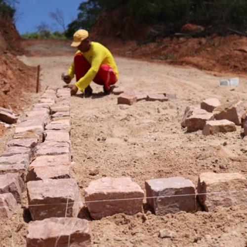 Prefeita de Santana inicia pavimentação em estrada que liga comunidades de Queimada da Ema e Serra do Tanque