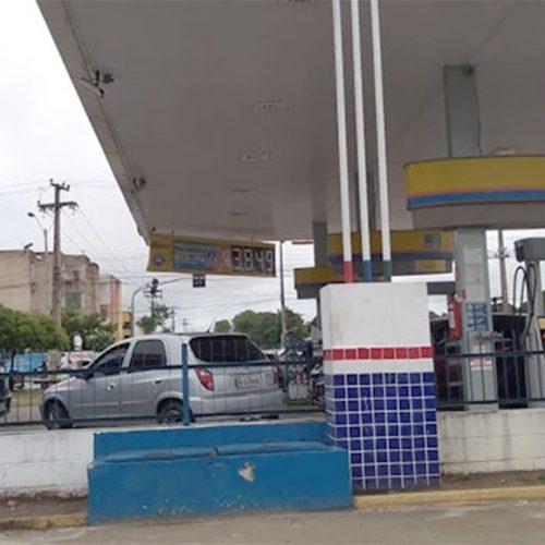 Motoristas fazem fila em posto que oferece gasolina a R$ 3,84