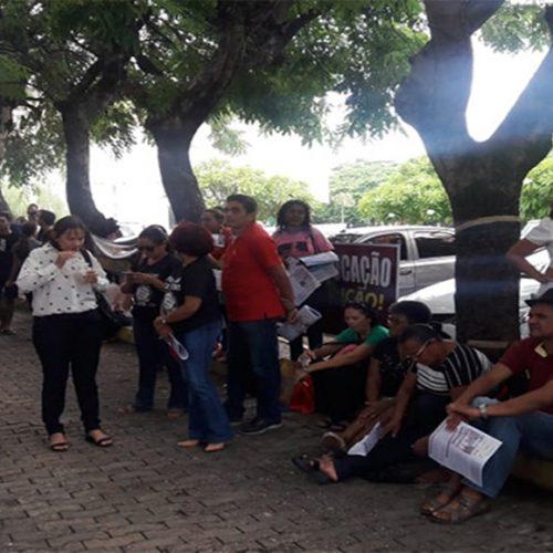 Professores fazem protesto na Assembleia contra congelamento de salários