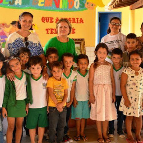 Em Fronteiras, prefeita entrega fardamento para alunos da escola modelo Conceição de Maria