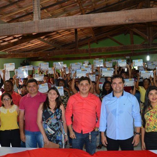 Mais de 100 jovens recebem certificado de curso de informática em Padre Marcos
