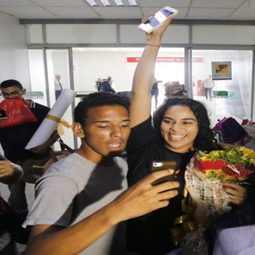 Elana Valenária é recebida por multidão no aeroporto de Teresina