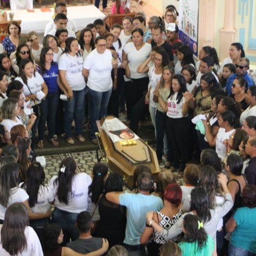 """JAICÓS   Familiares e amigos dão último adeus à professora """"Potita"""""""