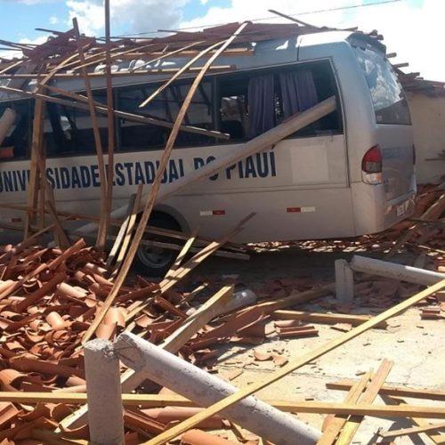 Parte do teto da UESPI desaba e atinge micro-ônibus em Picos