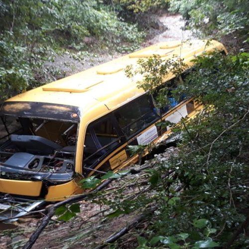 Forte chuva rompe estrada e arrasta ônibus escolar no Piauí