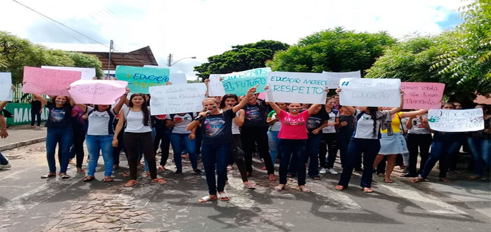 """Transporte escolar sofre corte de 25% e alunos protestam: """"estamos sem estudar"""""""
