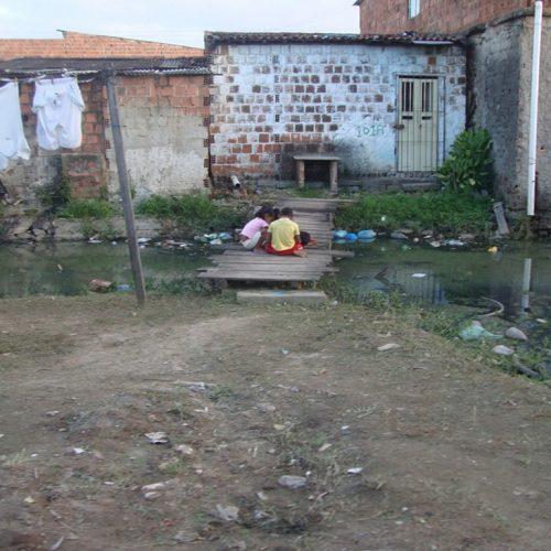 No Brasil, trinta e cinco milhões de pessoas não têm acesso a água potável
